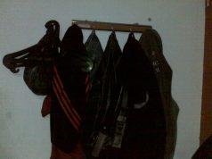 Stop Meninggalkan Pakaian Di Kamar Mandi