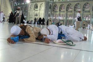 dua-orang-jamaah-haji-asal-indonesia-tertidur-lelap-di-_141030110739-770