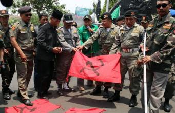 banser membakar bendera pki
